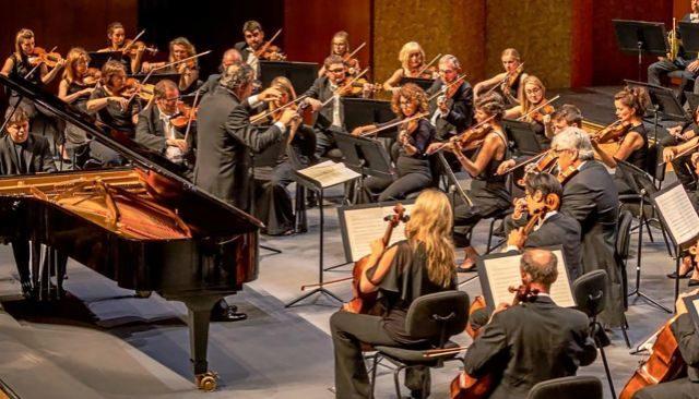 La Orquesta Filarmónica de Londres durante su actuación ayer en el Auditórium de Palma dirigida por Juanjo Mena.