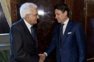 El presidente de Italia Sergio Matarella saluda al ex primer ministro Giuseppe Conte.
