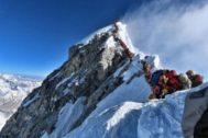 Decenas de escaladores en la cima del Everest, este año.