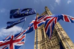 Banderas británicas y europeas ante el Parlamento británico de Westminster, en Londres.