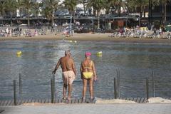 Dos jubilados en la playa de Salou.