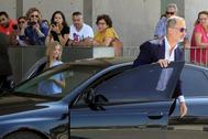 Felipe VI llega con la Infanta Sofía a la clínica donde está ingresado su padre.