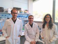 Los principales autores del estudio, Maxime Janin y Vanessa Ortiz-Barahona, junto al director del mismo Manel Esteller.