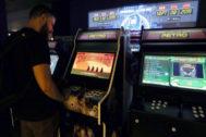 Hombre jugando a maquina recreativa en Arcade Experience