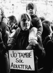 Manifestación a favor de la despenalización del adulterio en 1976, fotografía de Pilar Aymerich.