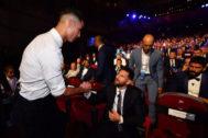 Cristiano Ronaldo y Messi se saludan antes del inicio del sorteo