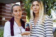 Las dos hijas de Francisca, la última víctima mortal de la listeriosis, muestran una fotografía de su madre.