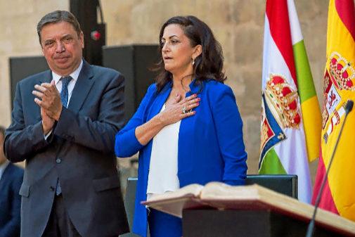 La presidenta del Gobierno de La Rioja, Concha Andreu, junto a Luis...