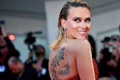 Venice (Italy), 29/08/2019.- US actress/cast member <HIT>Scarlett</HIT> <HIT>Johansson</HIT> shows tattoos on her back as she arrives for the premiere of 'Marriage Story' during the 76th annual Venice International Film Festival, in Venice, Italy, 29 August 2019. The festival runs from 28 August to 07 September. (Cine, Italia, Niza, Venecia) EFE/EPA/ETTORE FERRARI