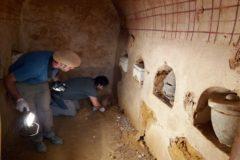 Profesionales del Servicio de Arqueología de Carmona en el mausoleo funerario hallado.