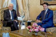 El presidente de la República de Italia, Sergio Mattarella, durante su encuentro de ayer en el Quirinal con el último primer ministro transalpino, Giuseppe Conte.
