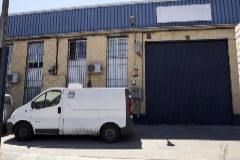Una furgoneta, aparcada junto a la nave en la que tiene su sede la empresa Magrudis en Sevilla.