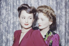 Olivia de Havilland y Joan Fontaine, en 1945.