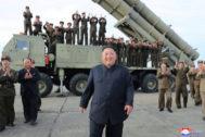 Kim Jong-un presenta un nuevo misil el pasado sábado.