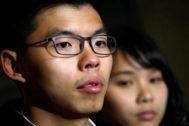 Los líderes activistas estudiantiles de las protestas de Hong Kong Joshua Wong y Agnes Chow, dos de los tres detenidos.