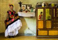 Kazandra en casa de su madre, junto a un altar con sus familiares difuntos.