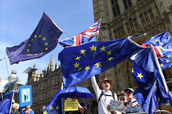 Manifestantes contra el cierre del Parlamento británico.