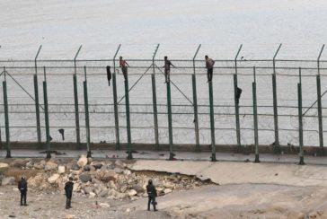 153 migrantes saltan la  valla en la primera incursión en grupo en un año
