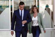 Pedro Sánchez y su esposa, Begoña Gómez, salen del hospital este viernes tras visitar al Rey Emérito.