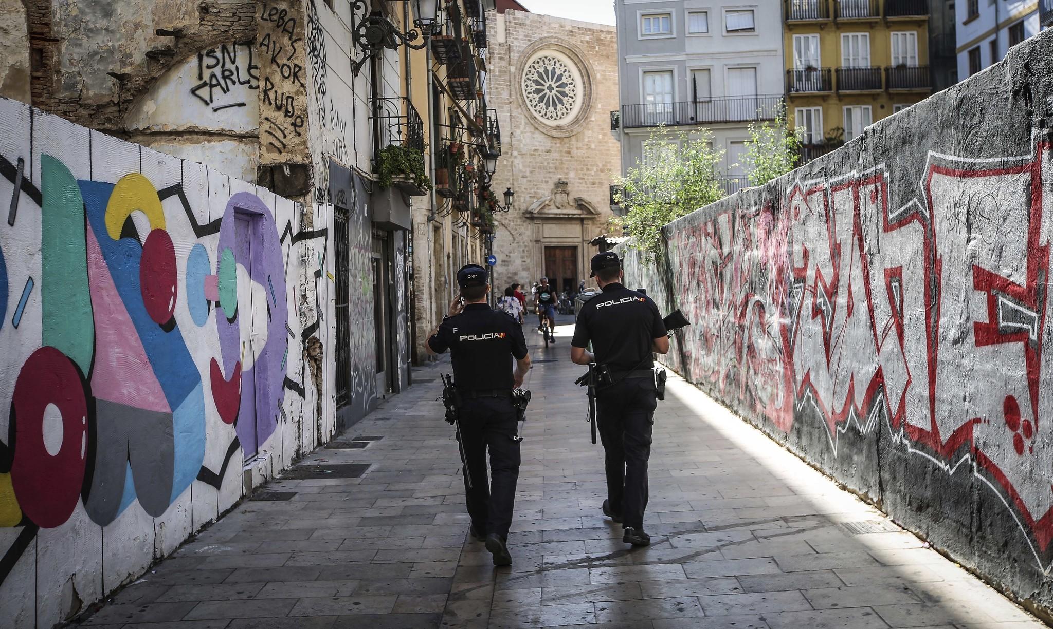 Dos policías de patrulla por el centro de Valencia.