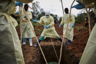 Varios trabajadores de salud entierran a una víctima de ébola, en Beni (Congo).