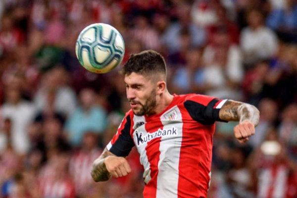 GRAF7108. BILBAO (BIZKAIA), 16/08/2019.- El centrocampista holandés del Barcelona Frenkie de Jong (c) intenta rematar entre Yeray Álvarez (i) y Unai <HIT>Núñez</HIT> (d), ambos del Athletic de Bilbao, durante el encuentro de la primera jornada de LaLiga Santander 2019-2020 que Athletic de Bilbao y F.C.Barcelona juegan este viernes en San Mamés.