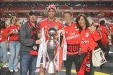 João Félix en el centro de la imagen junto a Carlos, su padre, su...