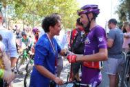 La alcaldesa de Onda saluda al ciclista local Óscar Cabedo, antes de la salida de la séptima etapa de La Vuelta.
