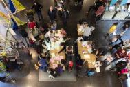 Adultos y niños participan en las actividades de los laboratorios
