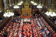 La reina Isabel II se sienta junto al príncipe Carlos durante la ceremonia de apertura del Parlamento británico, en Londres.