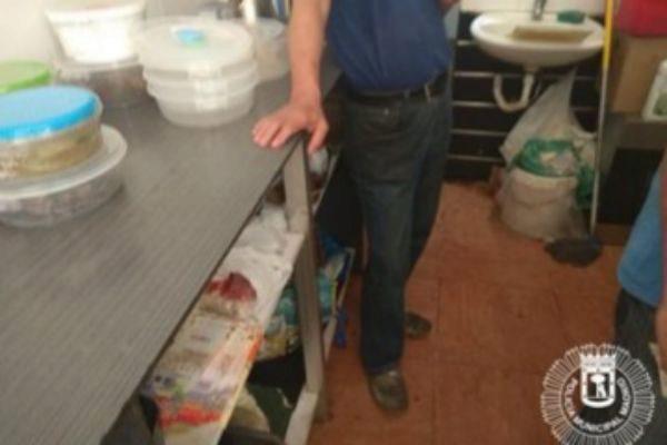 Uno de los trabajadores junto a la cocina del local de comida oriental.