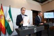 Los consejeros Elías Bendodo y Juan Bravo, tras la reunión del Consejo de Gobierno.