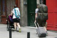 Turistas con maletas en Malasaña.