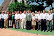 El presidente del Consejo de Cámaras, José Vicente Morata, y el presidente de la Generalitat, Ximo Puig, en el centro, con los empresarios que asistieron ayer a la comida.