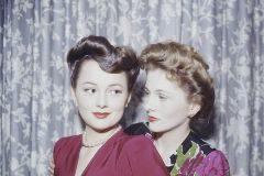 Olivia de Havilland y Joan Fontaine, en 1945.