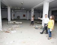 Gema Ramis, Antonio Peral y Cristina Ramón, en la visita a las antiguas instalaciones de la compañía de tabacos. Desde que esta se trasladará a las afueras, permanecían inalteradas.
