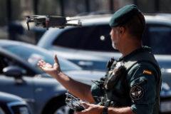Un guardia civil recoge un dron en Hondarribia (Guipúzcoa) durante la celebración de la cumbre del G-7 en Biarritz.