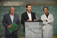 El presidente de la Junta, Juanma Moreno, junto al consejero Jesús Aguirre y el doctor José Miguel Cisneros.