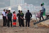 Un inmigrante desembarca del 'Audaz' y es recibido por el personal desplegado para atender la operación en San Roque.