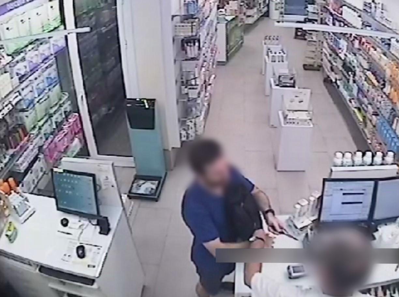 Imagen difundida por los Mossos del 'educado' atracador de  farmacias.
