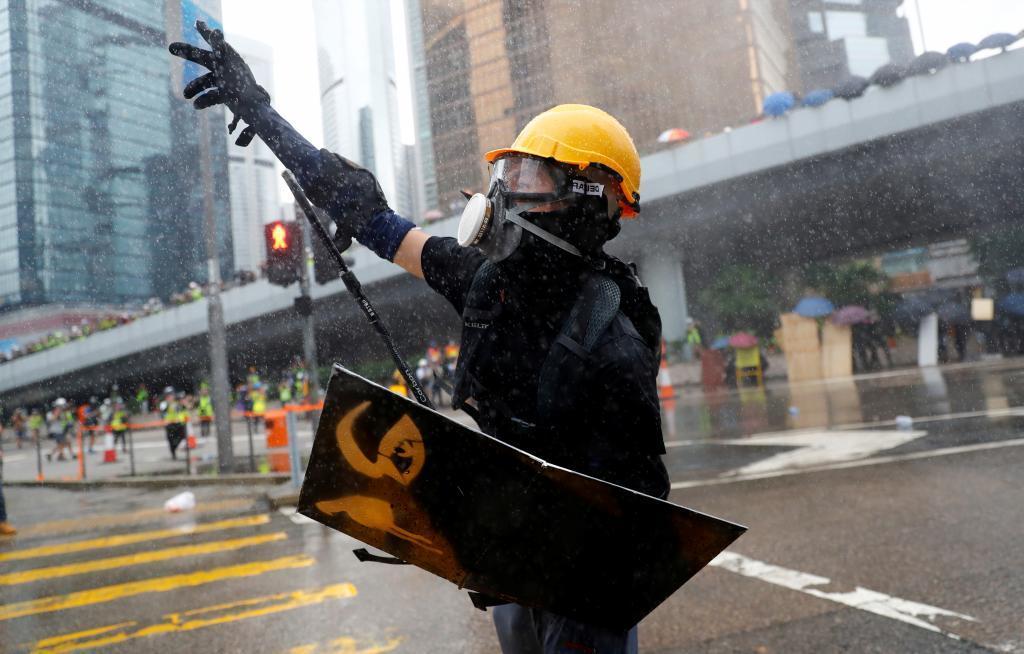 Un manifestante es rociado con cañones de agua durante la protesta