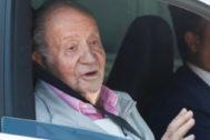 Don Juan Carlos se dirige a los periodistas que le esperaban a su salida del hospital.