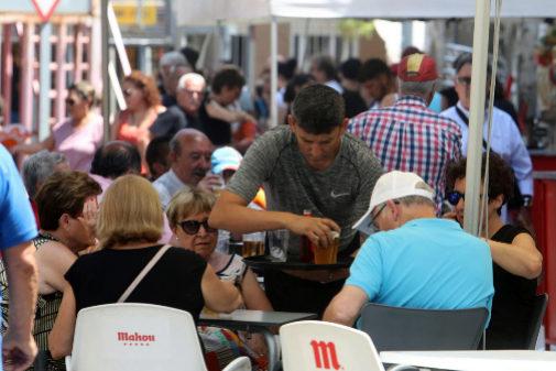 Un camarero atiende a los clientes de una terraza en un establecimiento de la provincia de Castellón.