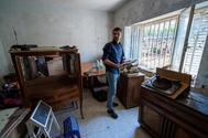 Pablo Casado observa el interior de una vivienda de Las Navas del Marqués (Ávila) afectada por las últimas tormentas.