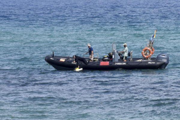 Un buzo durante las tareas efectuadas en la playa de Badalona.