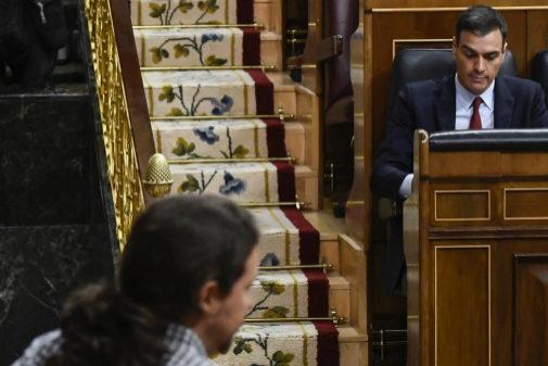 Pablo Iglesias y Pedro Sánchez, en el pleno de la investidura fallida...
