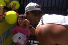"""Rafa Nadal rescata a un niño que quedó atrapado en el público: """"Eres su héroe"""""""