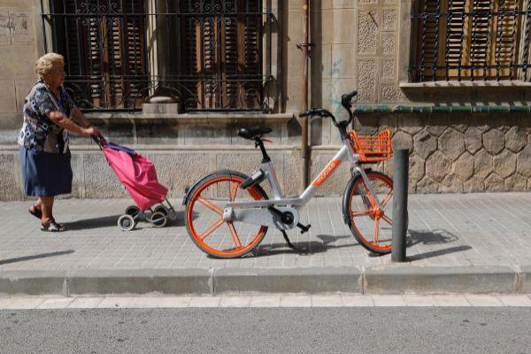 Una bicicleta de Mobike dificulta el paso por la acera.