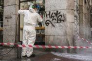 Un operario borra un grafiti en la plazuela de Antonio Vega.