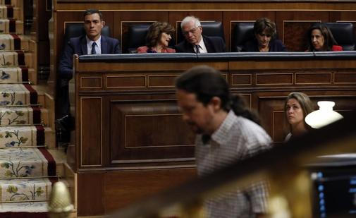 Pedro Sánchez observa a Pablo Iglesias durante el debate de la...